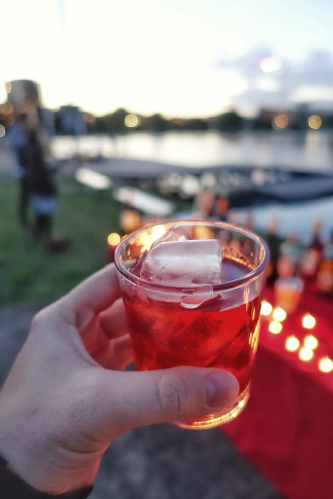 Negroni in front of the reservoir
