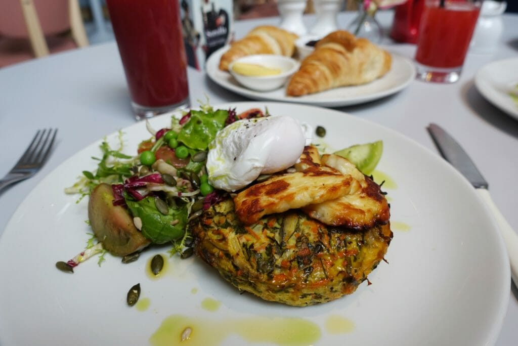 Summer courgette fritter with poached egg & halloumi