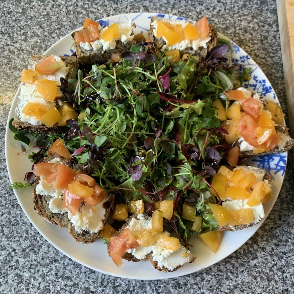 Salad with bruschetta